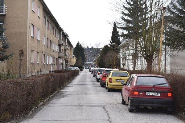 Ľudia na najstaršom sídlisku v Považskej Bystrici majú problémy s kanalizáciou. V správe ju nemá vlastne nikto, splašky im vyrážajú v kúpelniach a na WC. Opravy si musia hradiť sami. Byty odkupovali od fabriky po privatizácii.