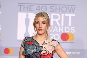Speváčka Ellie Goulding v patchworkových šatách značky Koché