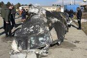 Trosky zostreleného lietadla v Teheráne.