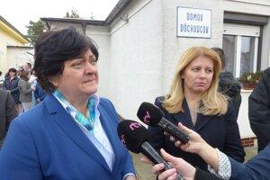 Ombudsmanka Mária Patakyová a prezidentka SR Zuzana Čaputová počas návštevy Domova dôchodcov v Borskom Mikuláši.