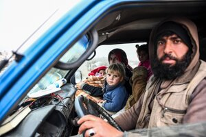 Útek civilistov z Idlibu na sever k tureckým hraniciam 13. februára 2020.