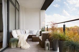 Ak bude balkón zariadený ako pokračovanie izby, byt bude pôsobiť priestrannejšie.