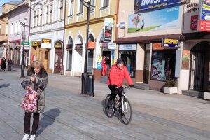 Cyklistom sa odporučí jazda po západnej časti pešej zóny.