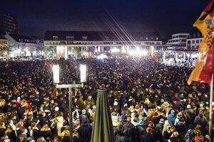 Tisíce ľudí počúvajú nemeckého prezidenta Franka-Waltera Steinmeiera počas vigílie na trhu pre obete streľby v Hanau.