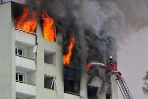 V bytovke vypukol po výbuchu požiar, pre ktorý napokon musela byť zbúraná.
