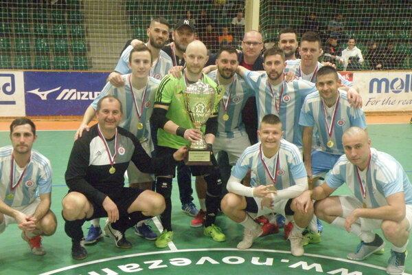 Šťastní hráči Slovana smedailami apohárom.