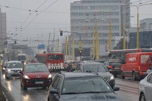 Zavedenie preferencie MHD pomôže znížiť meškanie autobusov a trolejbusov vďaka dynamickému nastaveniu svetelnej signalizácie.