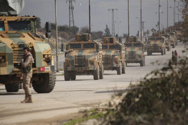 Turecký vojenský konvoj v sýrskej provincii Idlib.