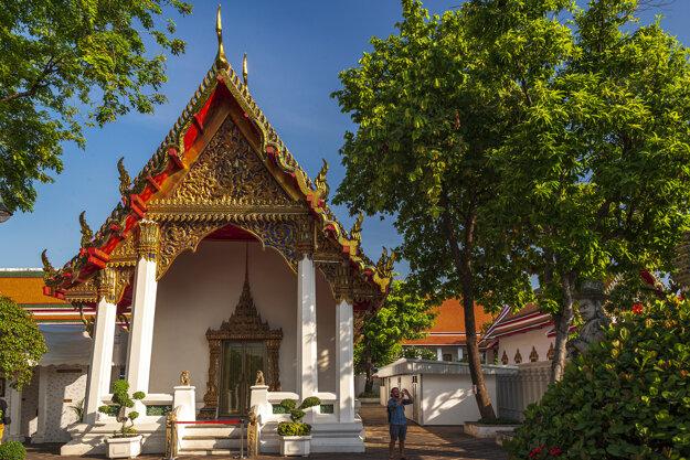 Počas dňa sa môžete kochať nádhernými budhistickými chrámami, v noci sa Bangkok zmení na mesto neónov a zábavy