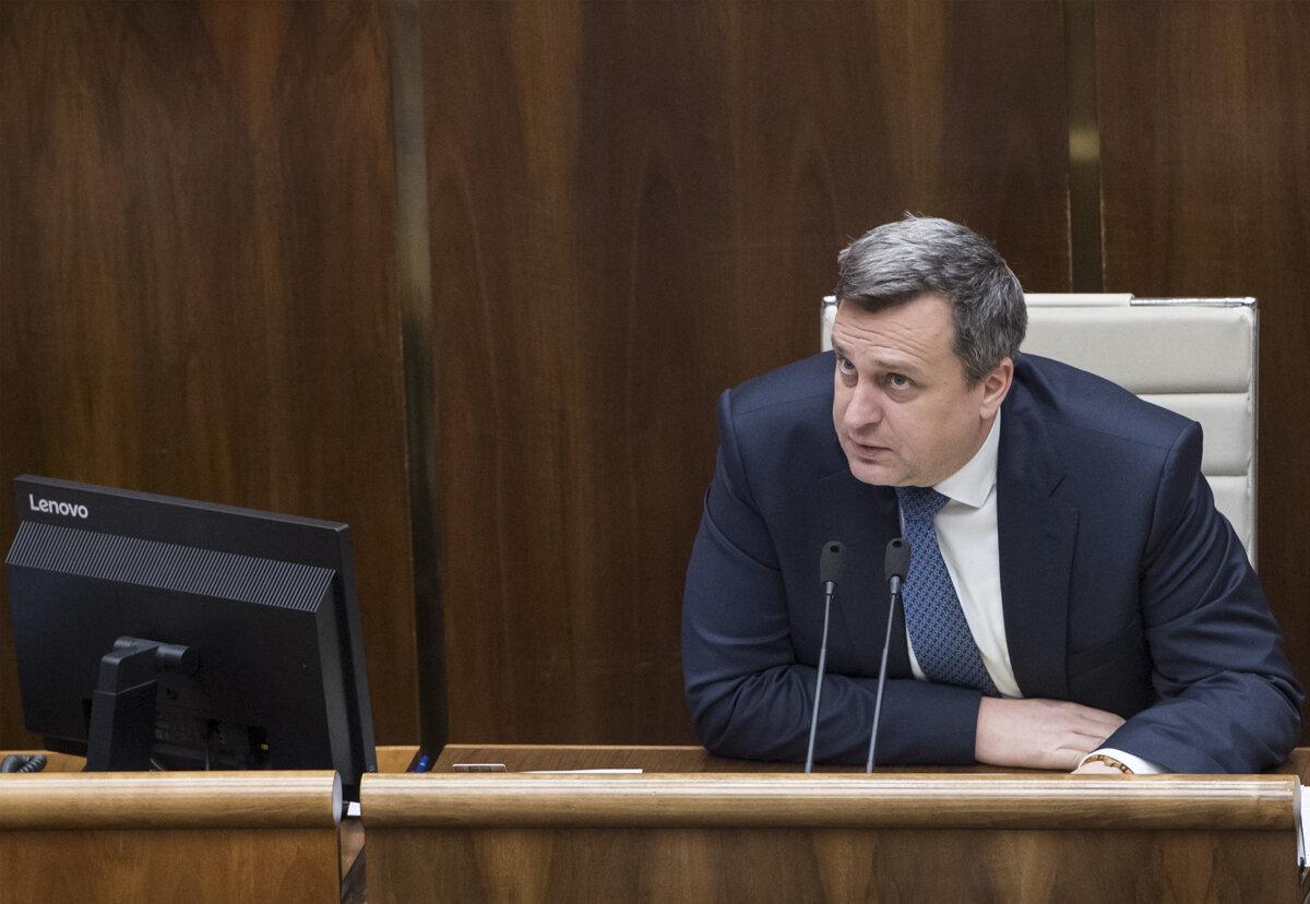 Polícia zastavila stíhanie v kauze Dankovej rigorózky - SME