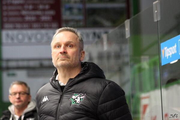 Tréner Miroslav Mosnár si podmienky vNových Zámkoch pochvaľuje. Mužstvo pod jeho vedením napreduje.
