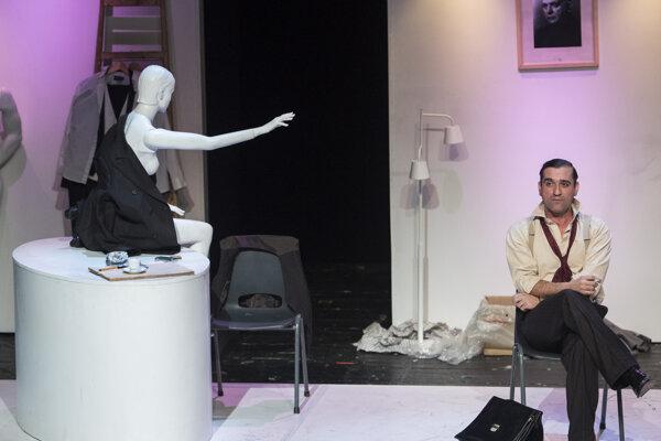 Milan Ondrík ako arizátor Ambróz Králik v inscenácii Holokaust Divadla Aréna.