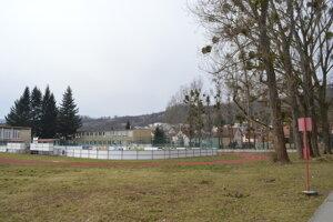 Pri ZŠ Československej armády medzitým vyrástlo len hokejbalové ihrisko a nová bežecká dráha.