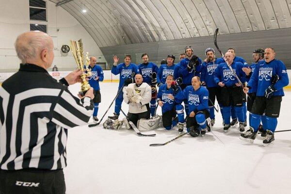 Pohár pre víťaza si prezvali hokejisti družstvá Reštaurácia Radnica team.