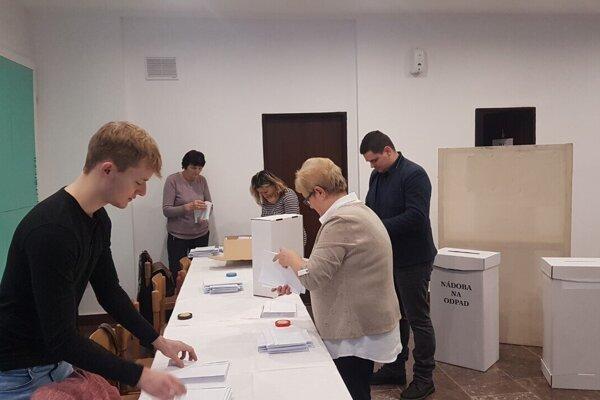 V Turanoch, v okrsku č. 1. Kým sa volebná miestnosť otvorila, muselo sa všetko pripraviť.