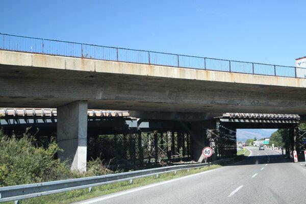 Most pri Liptovskom Hrádku je stále podopretý.