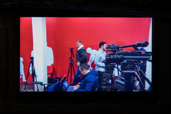Robert Fico prichádza na tlačovku po volebnej noci.