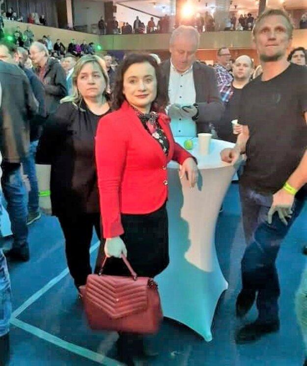 Igor Hus (v strede) čakal na výsledky volieb v Trnave.