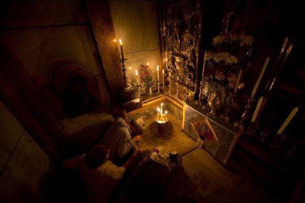 Veriaci sa modlia na mieste, kde bol podľa kresťanskej viery pochovaný Ježiš Kristus. Dnes sa nachádza v Bazilike božieho hrobu v Jeruzaleme.