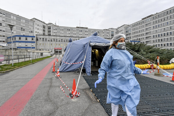 Zdravotníčka pred stanom pri nemocnici Cremona na severe Talianska 29. februára 2020.