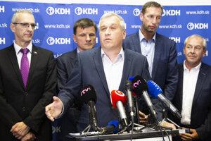Voľby 2020: Dočasný predseda Kresťanskodemokratického hnutia (KDH) Pavol Zajac (uprostred)