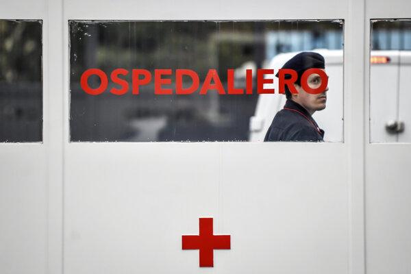 Strážnik pred vojenskou nemocnicou v talianskom meste Baggio.