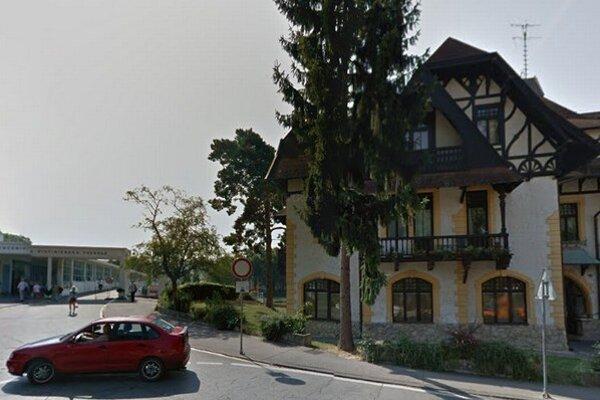 Vila Löger stojí  len kúsok od kolonádového mosta.