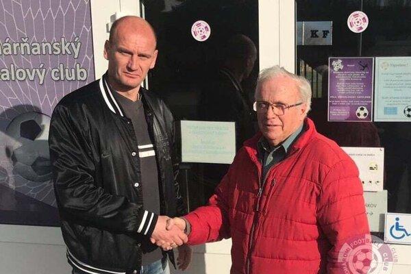 Miroslav Karhan (vľavo) aprezident KFC Juraj Baráth stiskom rúk pečatili, že Komárňanov povedie na jar bývalý reprezentant SR.