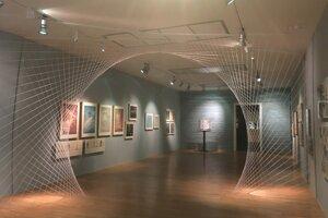 Pohľad do výstavy Ladislav Vychodil a scéna 20. storočia v SNG s inštaláciou siločiar, s akými pracoval vo svojej tvorbe