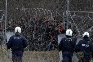 Grécka poriadková polícia stráži hranice.