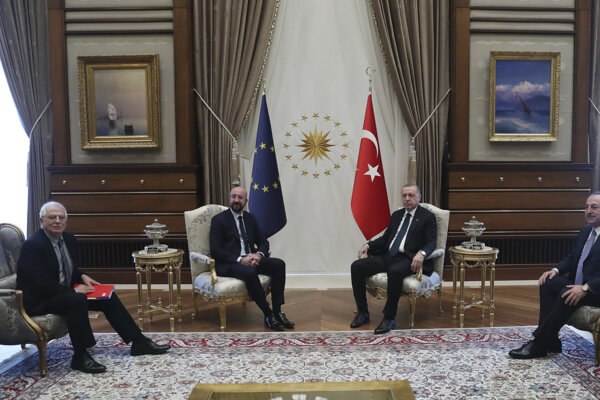 Marcové rokovanie medzi EÚ a Tureckom. Sprava turecký minister zahraničných vecí Mevlüt Čavušoglu, turecký prezident Recep Tayyip Erdogan, predseda Európskej rady Charles Michel a Josep Borrell, vysoký predstaviteľ EÚ pre zahraničné veci a bezpečnostnú politiku.