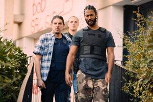 Hrdinami filmu Bedári sú traja policajti, jeden je v partii nový.