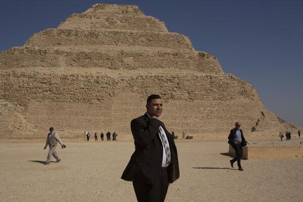 Bezpečnostný pracovník stojí pred stupňovitou pyramídou faraóna Džosera, ktorá sa považuje za najstaršiu pyramídu v Egypte, počas otvorenia pre návštevníkov v egyptskej Sakkáre 5. marca 2020.