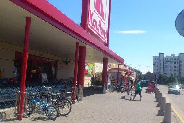 Všetky nákupné centrá majú pred vstupom do predajne umiestnené stojany pre svojich zákazníkov. Ich stráženie si rieši každý po svojom.