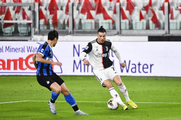 Cristiano Ronaldo a Antonio Candreva (vľavo) v súboji.