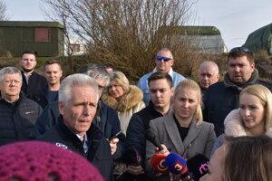 Zástupcovia SVP i obcí pri začatí odstraňovania čiernych stavieb na Domaši.