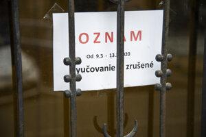 Oznam o zrušení výučby na Gymnáziu na Grösslingovej ulici 9. marca 2020 v Bratislave.