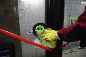 Bežná dezinfekcia mestskej hromadnej dopravy a prímestskej dopravy počas preventívneho opatrenia voči riziku nákazy novým koronavírusom  v bratislavskej vozovni Jurajov dvor.