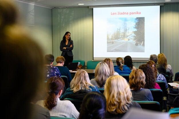Hlavná epidemiologička odboru ŽSK Ľubica Bielená (vľavo) počas prednášky v rámci školenia pre zníženie rizika šírenia nebezpečných nákaz v zariadeniach poskytujúcich zdravotnú a sociálnu starostlivosť na území ŽSK v súvislosti s novým koronavírusom (2019-nCoV) na Slovensku.