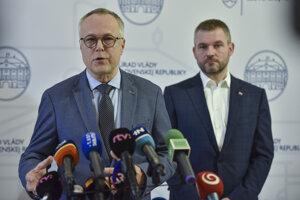 Sprava predseda vlády SR Peter Pellegrini (Smer-SD), poverený riadením ministerstva zdravotníctva a viceprezident Zväzu automobilového priemyslu (ZAP) SR Pavol Prepiak.