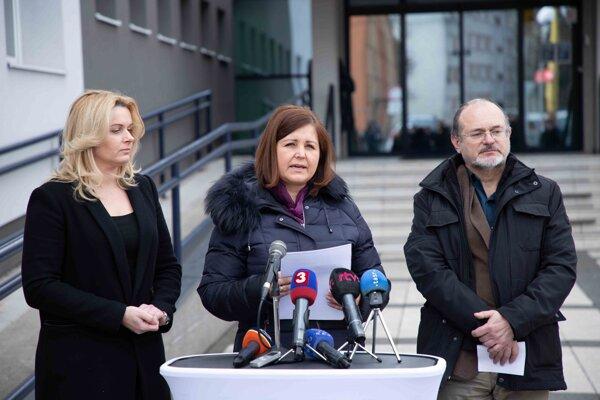 Žilinská županka Erika Jurinová (v strede) zvolala krízový štáb.