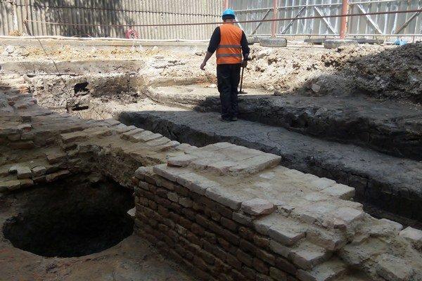 Odpadová jama a zvyšky stredovekého múru vo dvore za Jednotou.