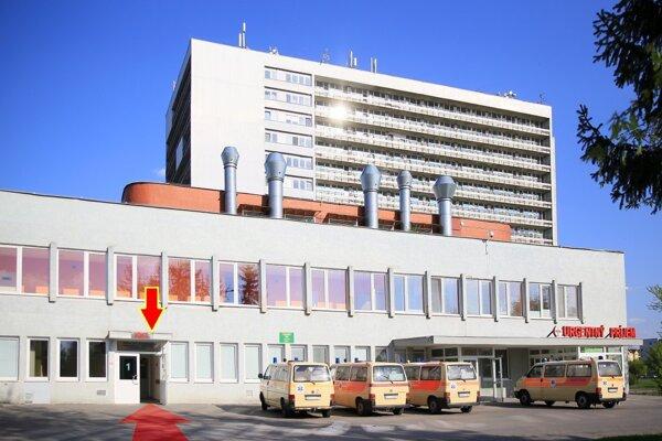 Hlavný vstup do nemocnice uzavreli, treba použiť bočný (šípka).
