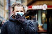 Rúška by mali nosiť v prvom rade chorí ľudia, ktorí by mohli byť nosičmi nákazy. Nevhodnou manipuláciou, napríklad dotýkaním sa látkovej časti, ktorá prekrýva nos a ústa, však rúška a respirátory strácajú ochrannú funkciu.