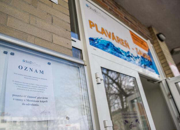 Oznam na dverách plavárne Mestský kúpeľ v Nitre, ktorá je v súvislosti s výskytom nového koronavírusu (2019-nCoV) na Slovensku dočasne zatvorená.