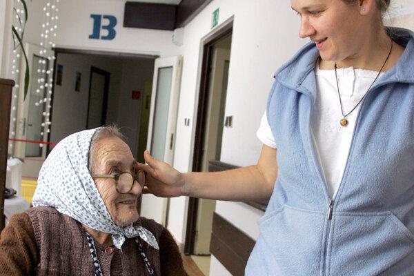 Seniorov pribúda, miesta v župných zariadeniach sociálnej starostlivosti je nedostatok.