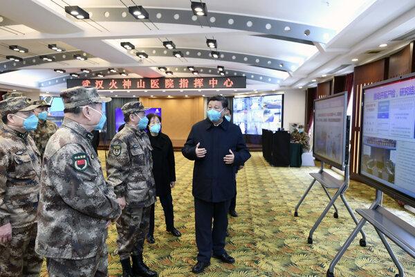 Čínsky prezident Si Ťin-pching na návšteve v meste Wu-chan.
