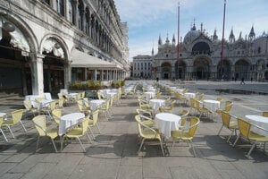 Prázdne stoličky na námestí sv. Marka vBenátkach. Koronavírus spôsobil Taliansku vážne problémy.