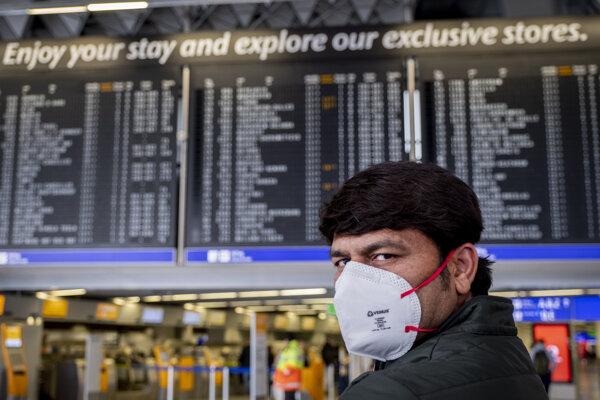 Cestujúci z Indie čaká na svoj let na letisku vo Frankfurte v Nemecku.