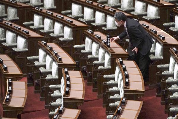 Vyprázdnený japonský parlament.